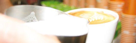 Sebastian Lösch macht Latte art