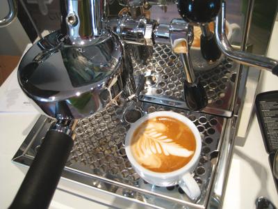 bezzera giulia leckerer produziert einen leckeren Cappuccino