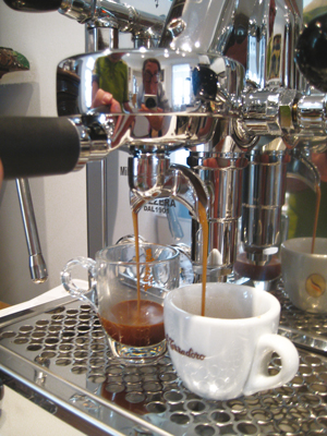 Der Siebträger bezzera giulia beim Espresso kochen