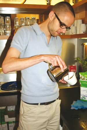 Sebastian Lösch beim Latte Art gießen