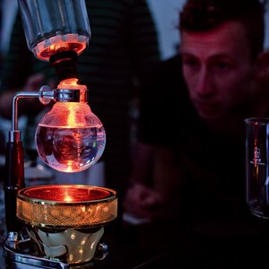Roaster und Baristi beim experimentieren mit Kaffee