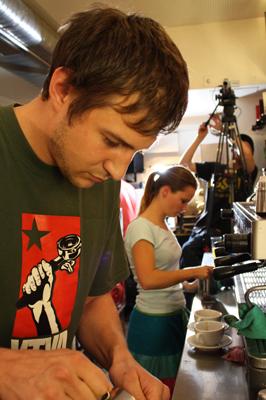 ein Teilnehmer giesst ein Latte-Art-Bild