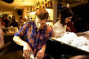 Philipp Meier giesst Latte Art beim TNT