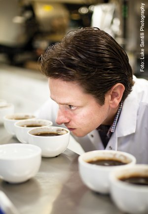 Kaffee-Verkosten-Giovanni-Pellicias-Tester