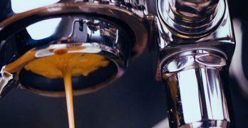 Espresso läuft aus einem bodenlosen Siebträger
