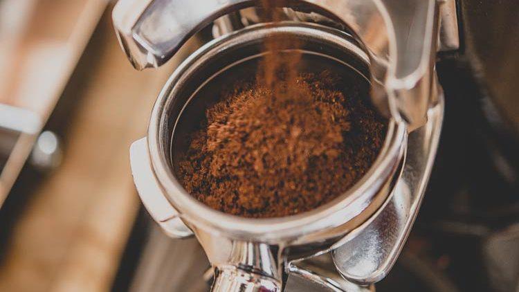 Espresso wird in den Siebträger gemahlen