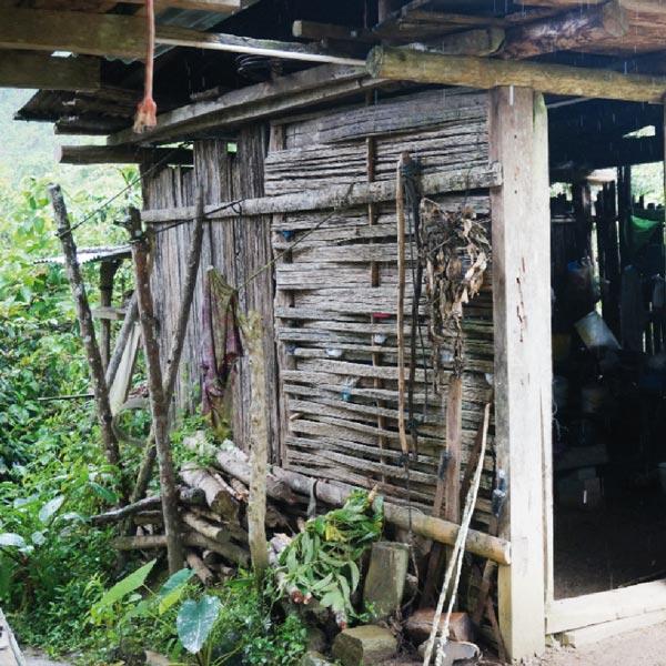 Küche und Essbereich eines Kaffeefarmers in Peru