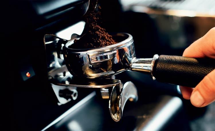kaffee-wird-in-einen-siebtraeger-gemahlen