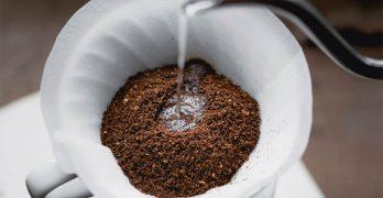 wasser-wird-auf-kaffee-in-porzellanfilter-gegossen