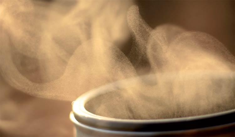 wasserdampf-steigt-aus-einer-tasse